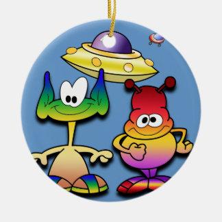 Extranjeros amistosos y un platillo volante adorno redondo de cerámica