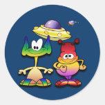 Extranjeros amistosos y un platillo volante etiqueta redonda
