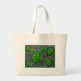 extranjeros verdes con el fondo vergonzoso de los  bolsa tela grande