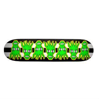 Extranjeros verdes de neón en el monopatín de B&W