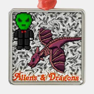 extranjeros y dragones adorno cuadrado plateado