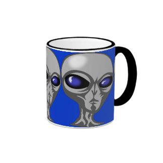 extraterrestrial cósmico enojado extranjero taza a dos colores