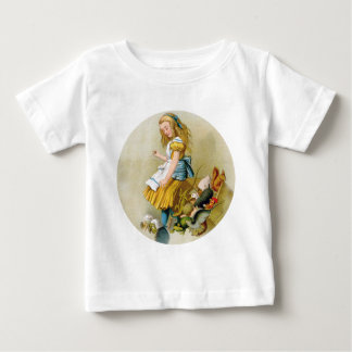 Extremidades de Alicia sobre la caja del jurado en T-shirts