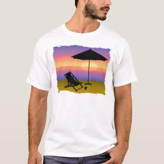 Extremo de los días en la playa con el paraguas y playera
