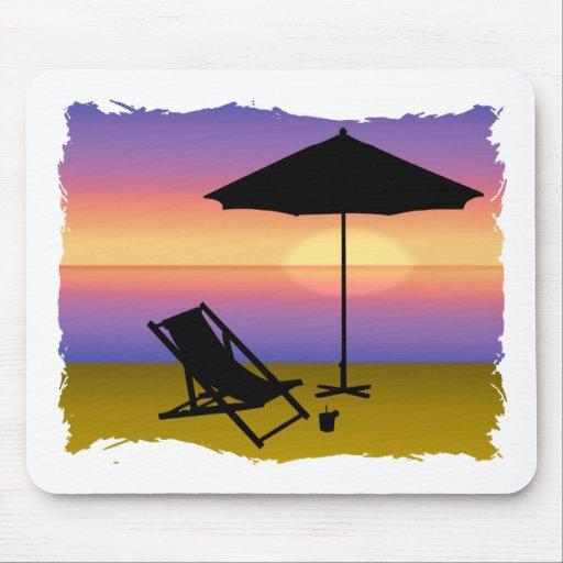Extremo de los días en la playa con el paraguas y  alfombrillas de ratón