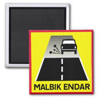 Extremo del camino cubierto de alquitrán, señal de imán cuadrado