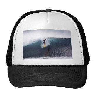 Extremo que practica surf ondas grandes del azul gorras de camionero