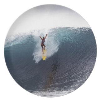 Extremo que practica surf ondas grandes del azul platos para fiestas