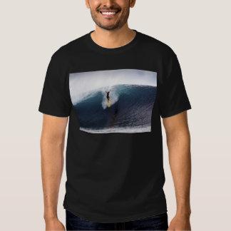 Extremo que practica surf ondas grandes del azul remeras