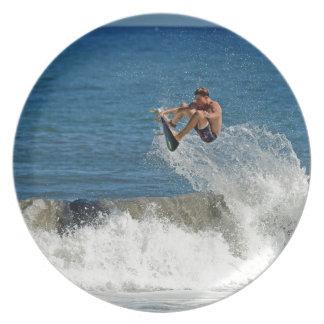 Extremo que practica surf ondas tropicales del air platos de comidas