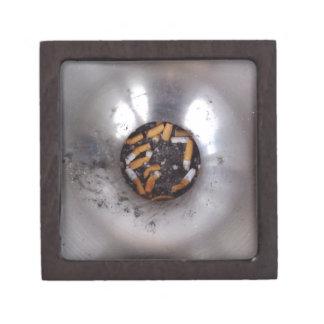 Extremos de cigarrillo en el cenicero de plata de cajas de joyas de calidad