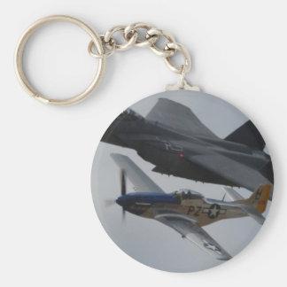 F-15 EAGLE + FORMACIÓN DEL MUSTANGO P-51 LLAVERO REDONDO TIPO PIN