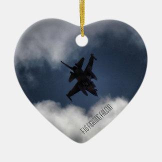 F-16 en el cielo nublado adorno navideño de cerámica en forma de corazón