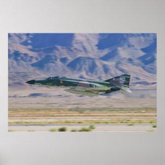 F-4 fantasma II de paso bajo Póster