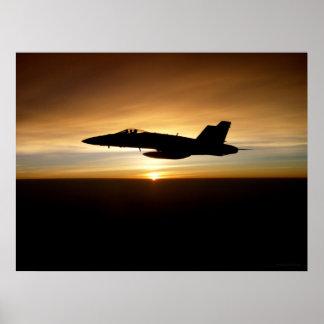 F/A-18C en la puesta del sol Poster
