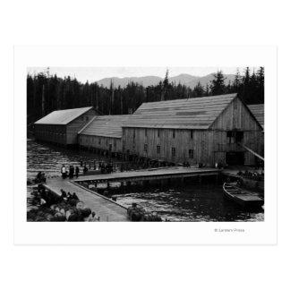 Fábrica de conservas de color salmón cerca de postal