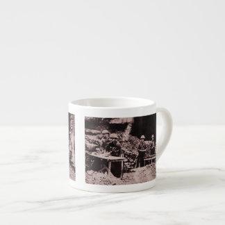 Fabricación de los buñuelos en el frente taza espresso