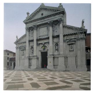 Fachada de la iglesia, construida 1564-80, i hecho azulejo cuadrado grande
