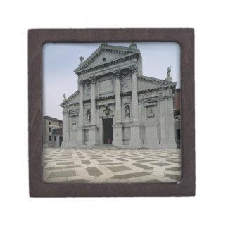 Fachada de la iglesia, construida 1564-80, i hecho caja de recuerdo de calidad