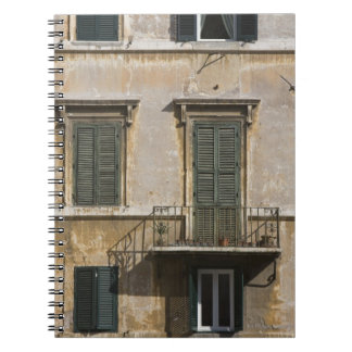 fachada del edificio con un balcón y shuttered libretas espirales