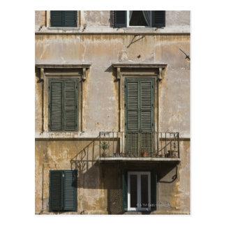 fachada del edificio con un balcón y shuttered postal
