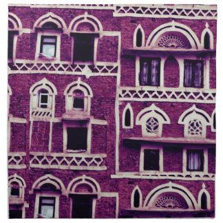 Fachadas yemeníes en púrpura servilleta