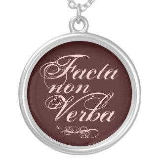 Facta no Verba, frase latina Colgante Redondo