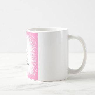 Faeries que se divierten libremente taza básica blanca