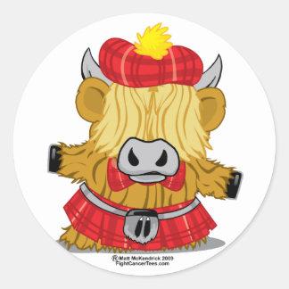 Falda escocesa del rojo de la vaca de la montaña pegatina redonda