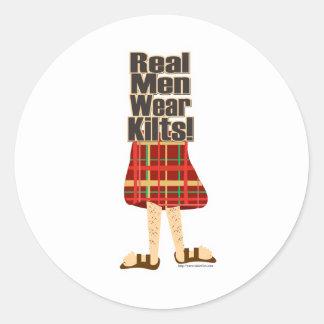 Faldas escocesas reales del desgaste de hombres pegatina redonda