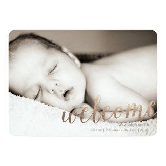 Falsa invitación agradable dorada del nacimiento