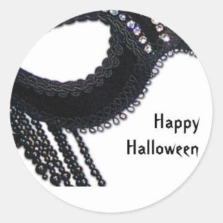 Falsa invitación negra de Halloween de la máscara  Etiquetas Redondas
