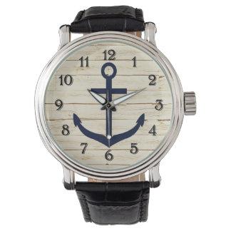 Falsa madera blanca rústica con el ancla relojes