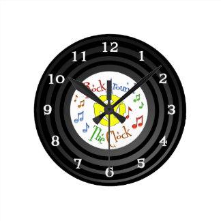 Falsa roca inspirada retra del vinilo las veinticu reloj redondo mediano