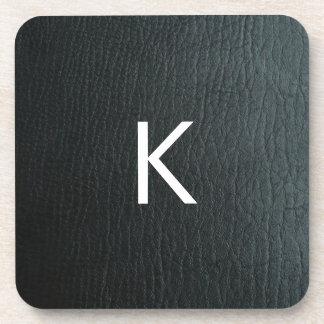 Falsa textura de cuero negra con monograma posavasos