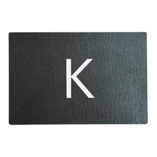 Falsa textura de cuero negra con monograma salvamanteles