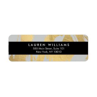 Falsas pinceladas abstractas de la hoja de oro en etiqueta de remite