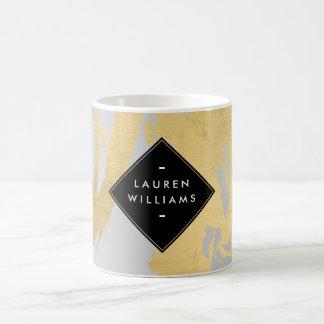 Falsas pinceladas nerviosas del oro en gris taza de café