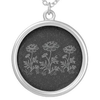 Falso collar grabado de las flores