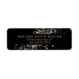Falso confeti del oro en etiqueta de dirección