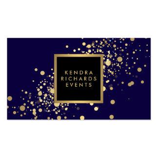 Falso confeti del oro en tarjeta de visita azul