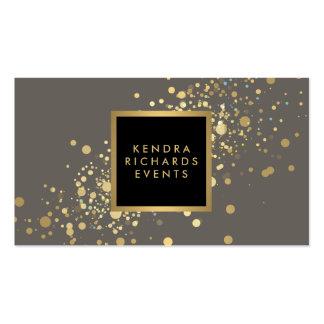 Falso confeti del oro en tarjeta de visita gris