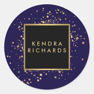 Falso confeti dispersado del oro en azul moderno pegatina redonda