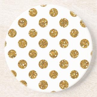 Falso modelo de lunares del brillo del oro en posavaso para bebida