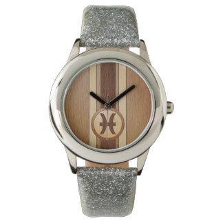 Falso símbolo de madera de la astrología de Piscis Relojes