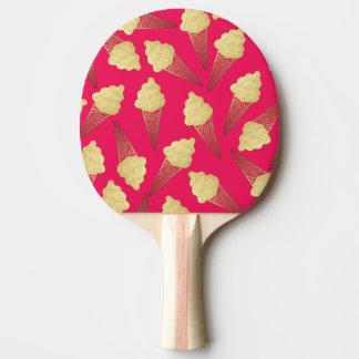 Falsos conos de helado de la hoja de oro en rosa pala de tenis de mesa