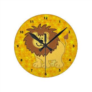 Falsos león del bordado y reloj lindos de las