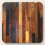 Falsos listones de madera del piso posavasos de bebida