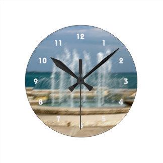 Falta de definición coralina del bosquejo del agua reloj redondo mediano