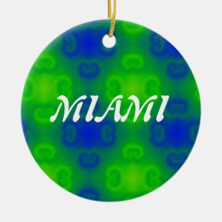 Falta de definición del arte abstracto en azul y adorno navideño redondo de cerámica